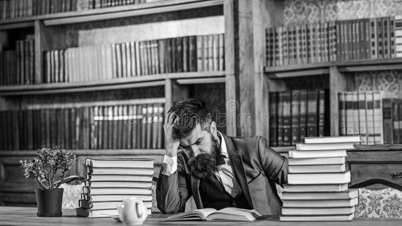 Schwieriges Thema, verwirrende Frage, Studie, Bildung, harte Arbeit, intellektuelles Forschungskonzept Mann sitzt bei Tisch lizenzfreie stockbilder