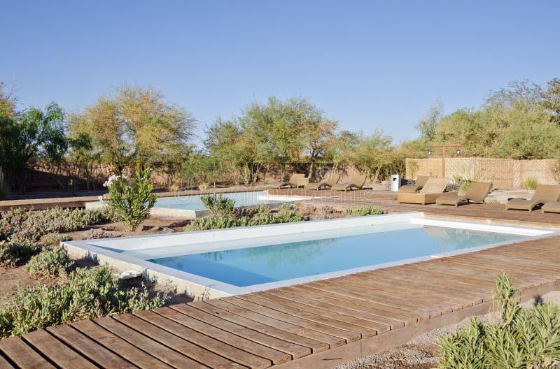 Schwimmbäder im Garten lizenzfreie stockbilder
