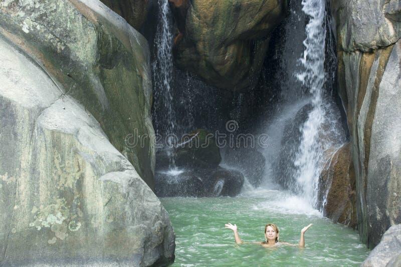 Schwimmen der jungen Frau lizenzfreie stockfotografie