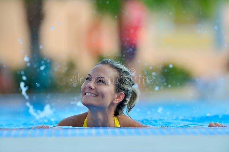 Schwimmen der jungen Frau im Pool stockfotografie