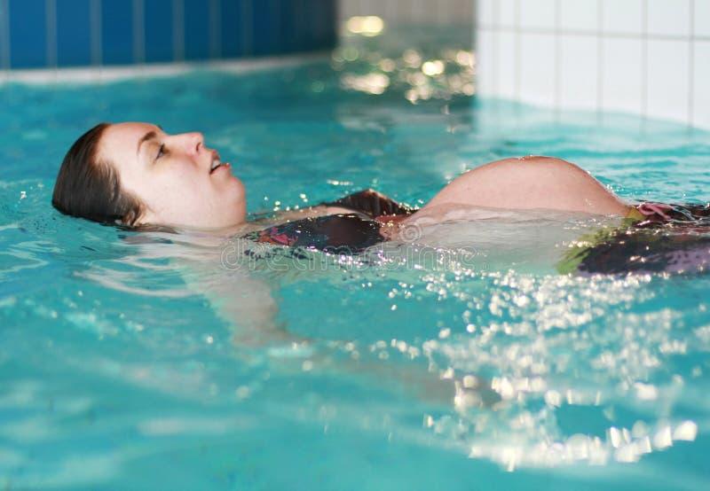 Schwimmen der schwangeren Frau stockfoto