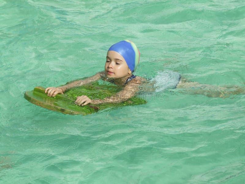 Schwimmen des ersten Males stockbilder