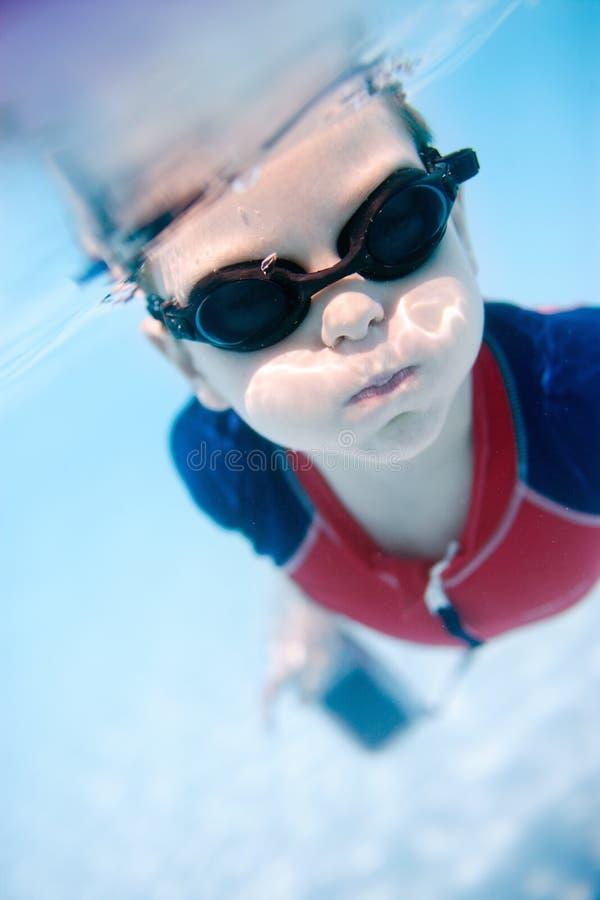 Schwimmen des kleinen Jungen Unterwasser stockfoto