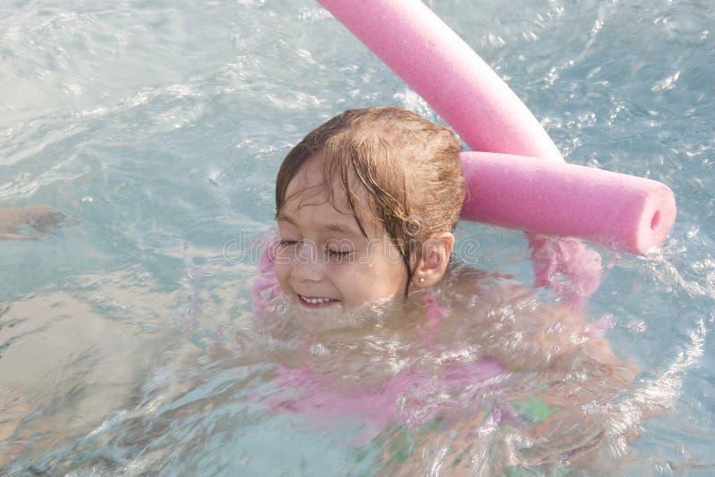 Schwimmen des kleinen Mädchens lizenzfreie stockfotografie