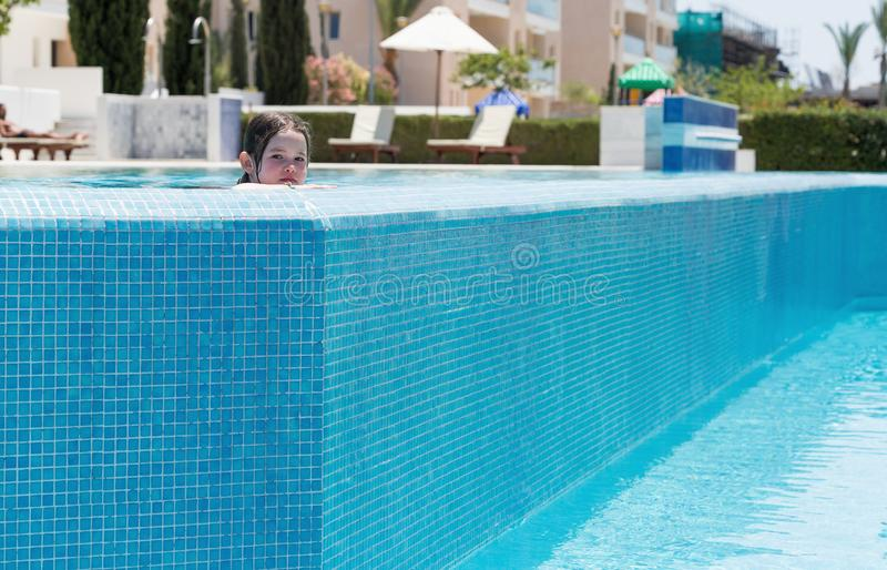 Schwimmen des kleinen Mädchens in einem Pool lizenzfreies stockbild