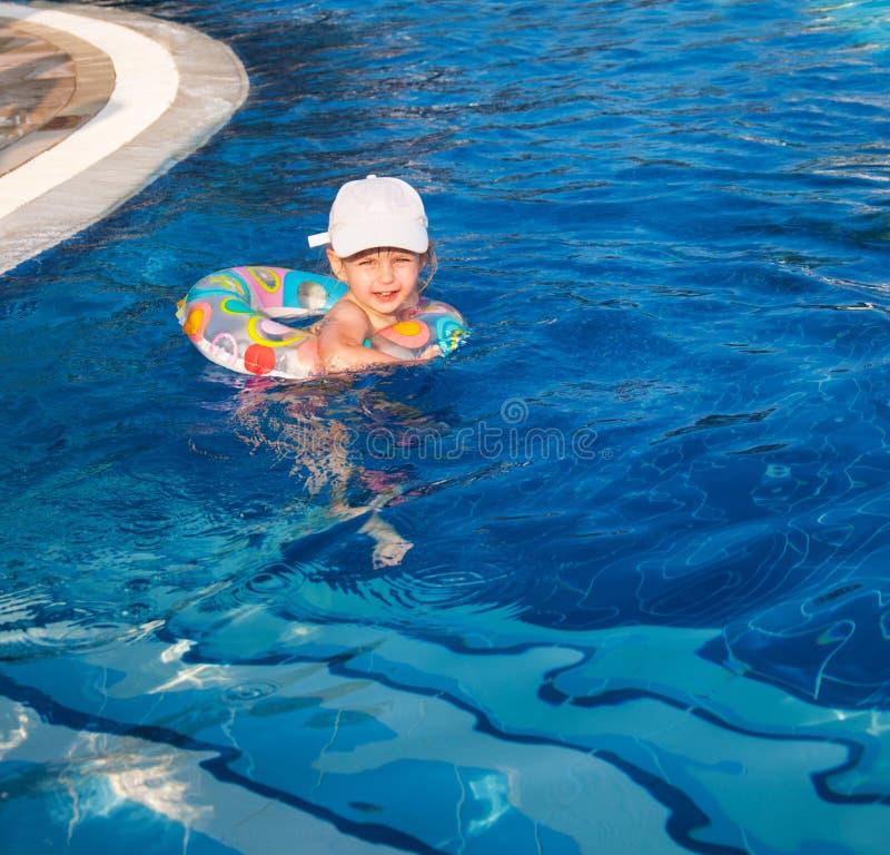 Schwimmen des kleinen Mädchens in einem Pool lizenzfreies stockfoto