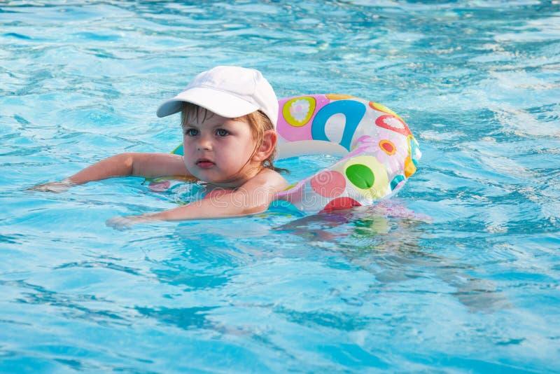 Schwimmen des kleinen Mädchens in einem Pool lizenzfreie stockfotografie