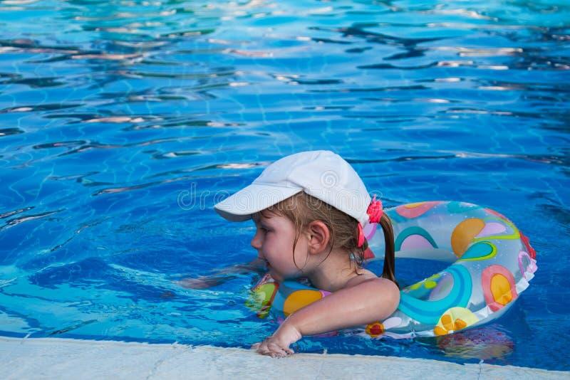 Schwimmen des kleinen Mädchens in einem Pool lizenzfreie stockbilder