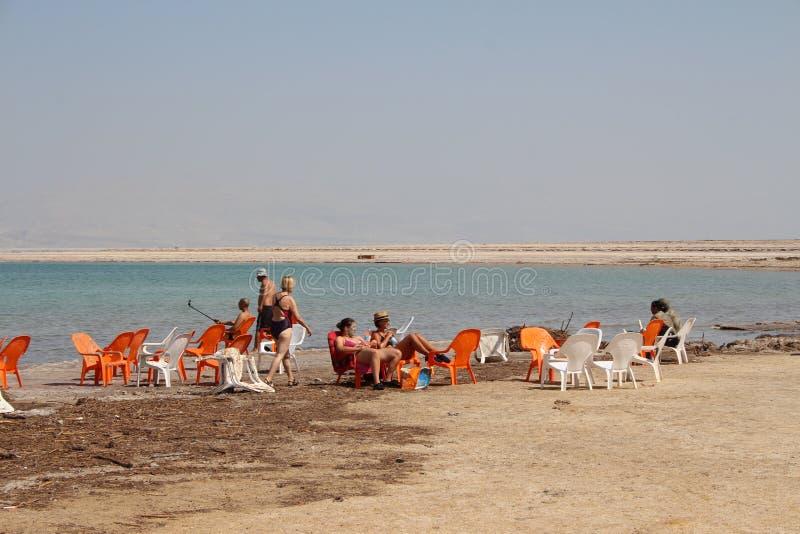 Schwimmen des Toten Meers in Israel lizenzfreie stockfotografie
