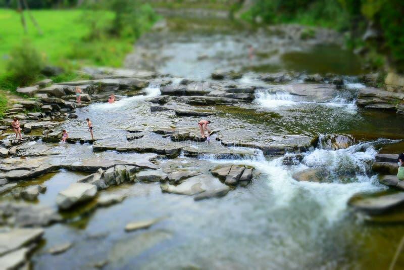 Schwimmen in einem Gebirgsfluss stockfoto