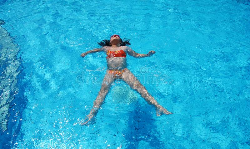 Schwimmen im Pool stockfoto