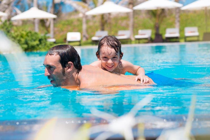 Schwimmen im Pool stockfotos