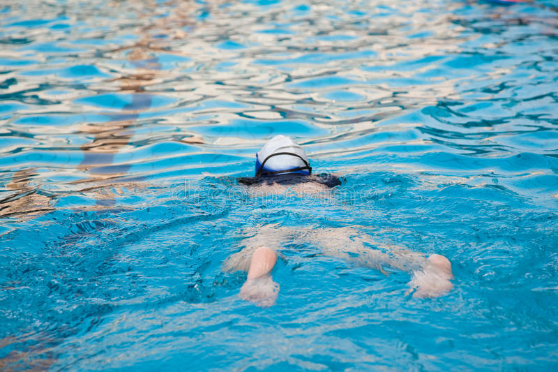 Schwimmen im Swimmingpool stockbild