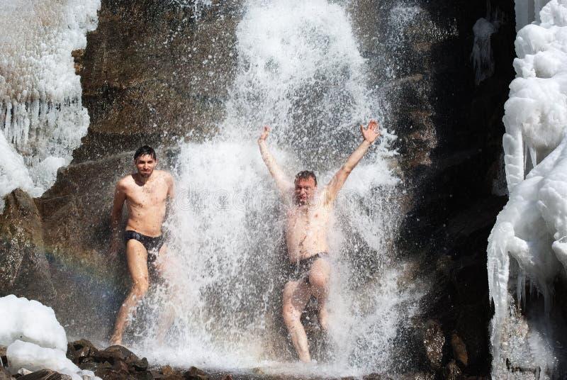 Schwimmen im Winterwasserfall stockfoto
