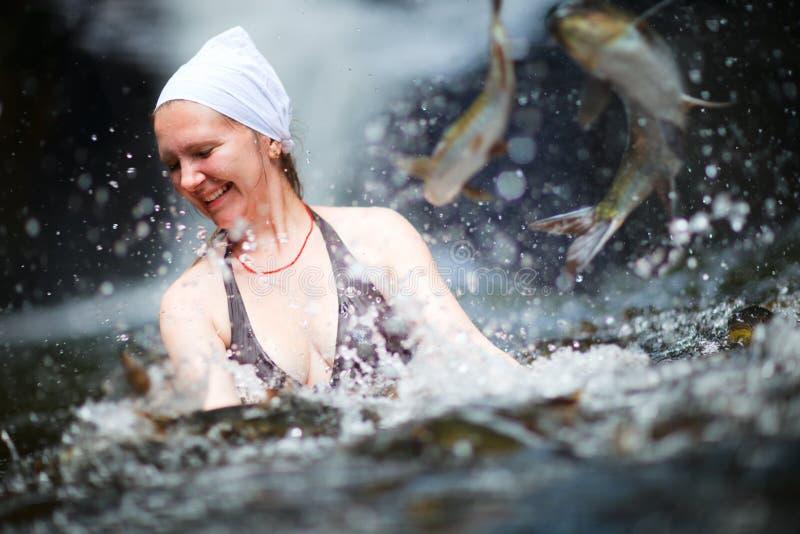 Schwimmen mit Fischen lizenzfreie stockbilder