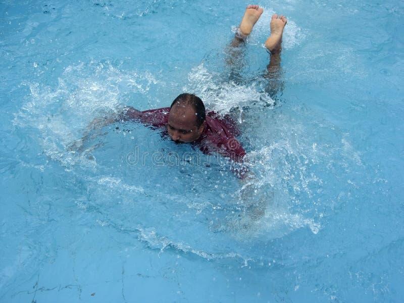 Schwimmen mit Kraft stockbilder