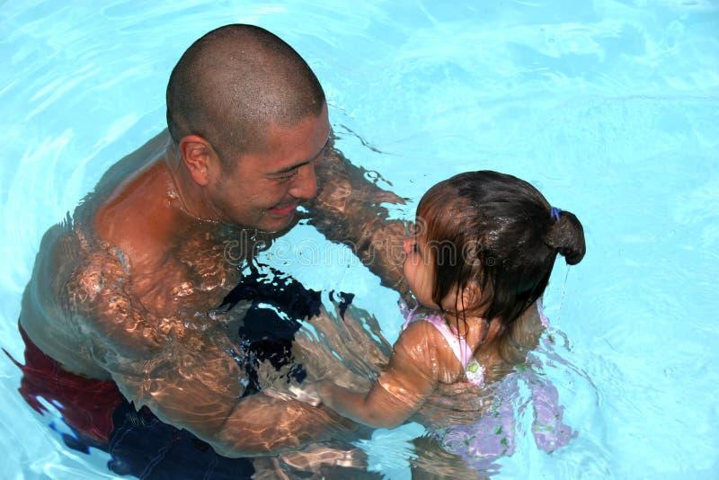 Schwimmen mit Vati stockfoto