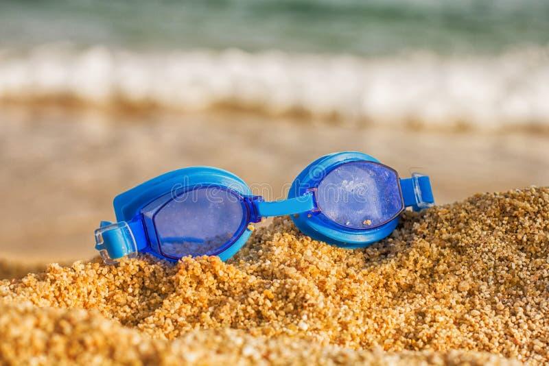 Schwimmen-Schutzbrillen-Strand lizenzfreie stockfotos