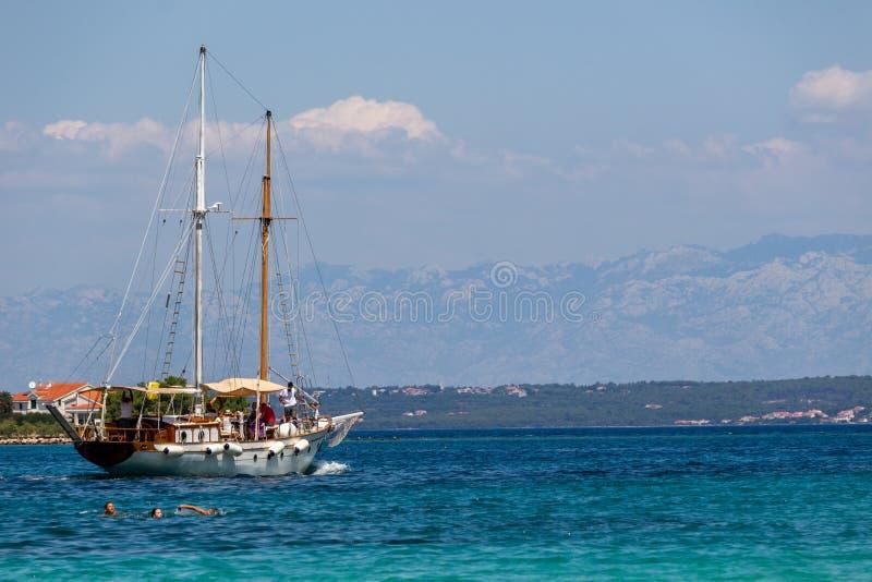 Schwimmen und Segeln in Ugljan Kroatien stockbilder