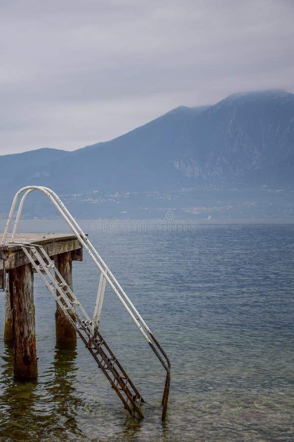 Schwimmenanlegestelle See Garda stockbild