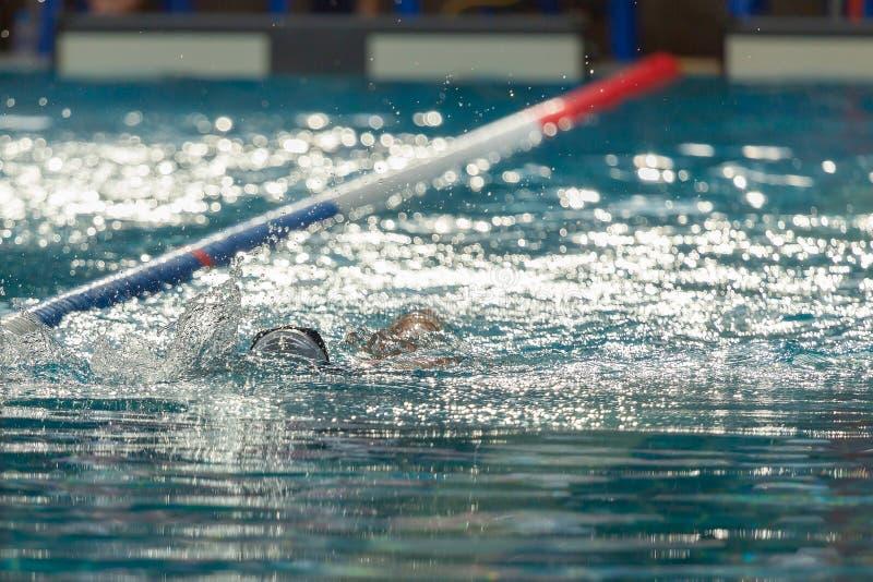 Schwimmend im Wellenbad in der Turnhallengesundheitsmitte, spritzt Wasser stockfotografie