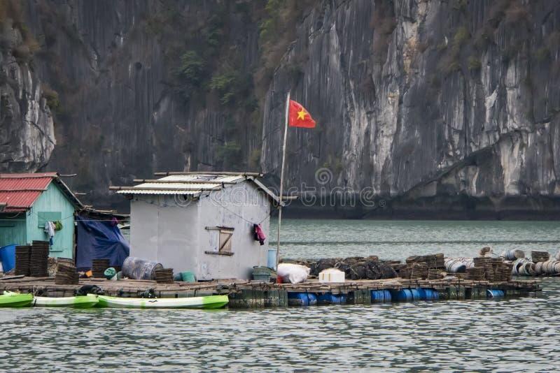 schwimmende Fischfarm in einer langen Bucht vietnam lizenzfreies stockbild