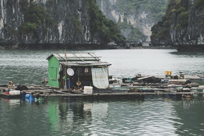 schwimmende Fischfarm in einer langen Bucht vietnam lizenzfreies stockfoto