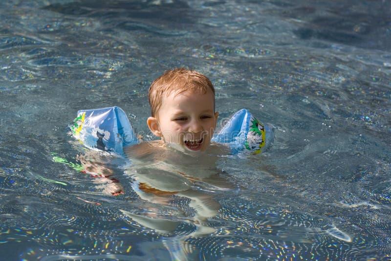 Schwimmenjunge stockbild