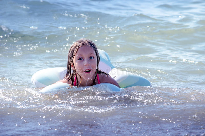 Schwimmenkind auf Michigansee stockfotografie