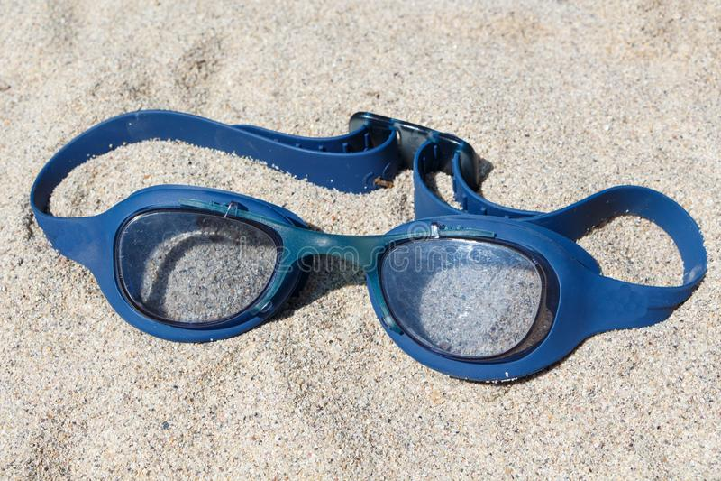 Schwimmenschutzbrillen auf einem Strand stockfotos