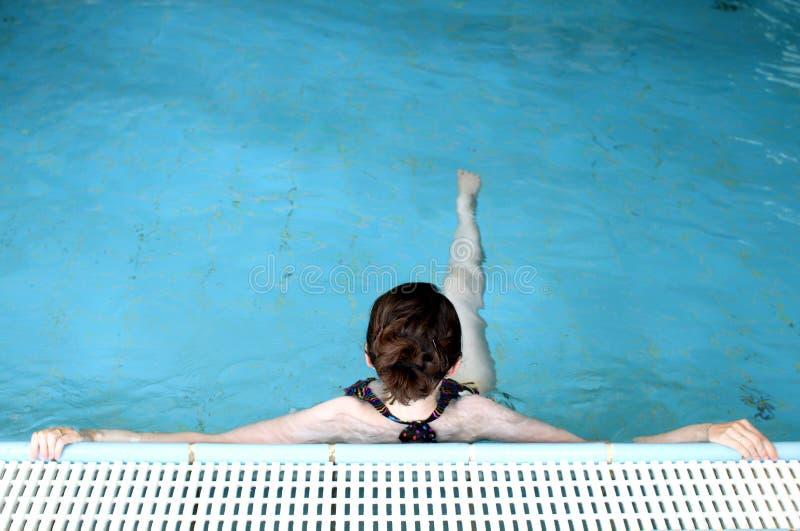 Schwimmer, der im Pool sich entspannt lizenzfreie stockfotos