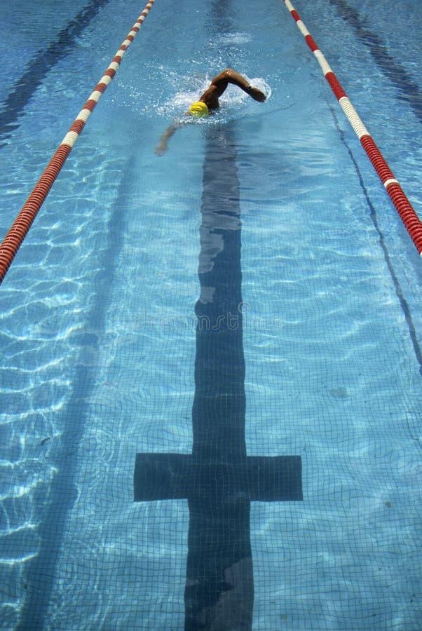 Schwimmer, der zum Ende läuft lizenzfreies stockbild