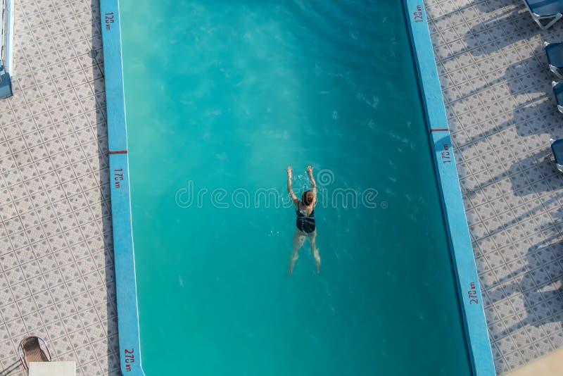 Schwimmer in einem Hotelpool von oben lizenzfreie stockbilder
