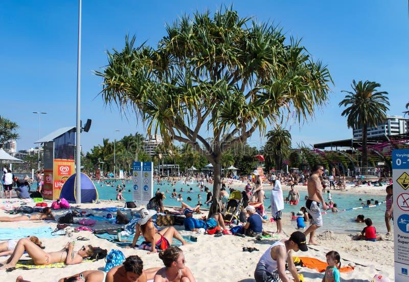 Schwimmer und Sunbathers an den Straßen setzen in den Parklands des Südufers in Brisbane Queensland Australien 9 26 2014 auf den  lizenzfreie stockfotografie