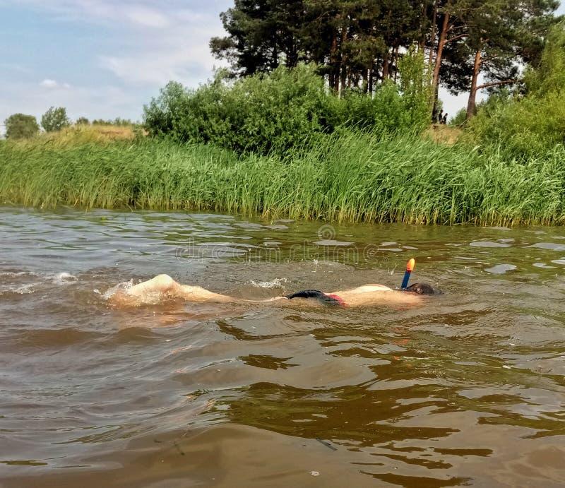 Schwimmer unter Wasser im Fluss lizenzfreies stockbild