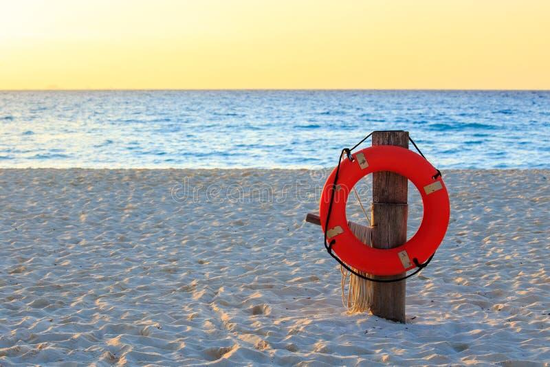 Schwimmweste auf sandigem Strand lizenzfreies stockbild