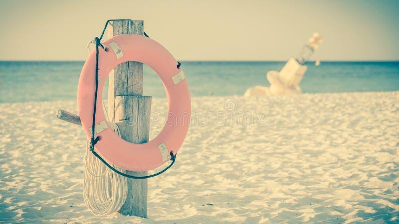 Schwimmweste auf sandigem Strand lizenzfreies stockfoto