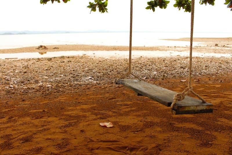 Schwingen auf dem Strand stockfoto