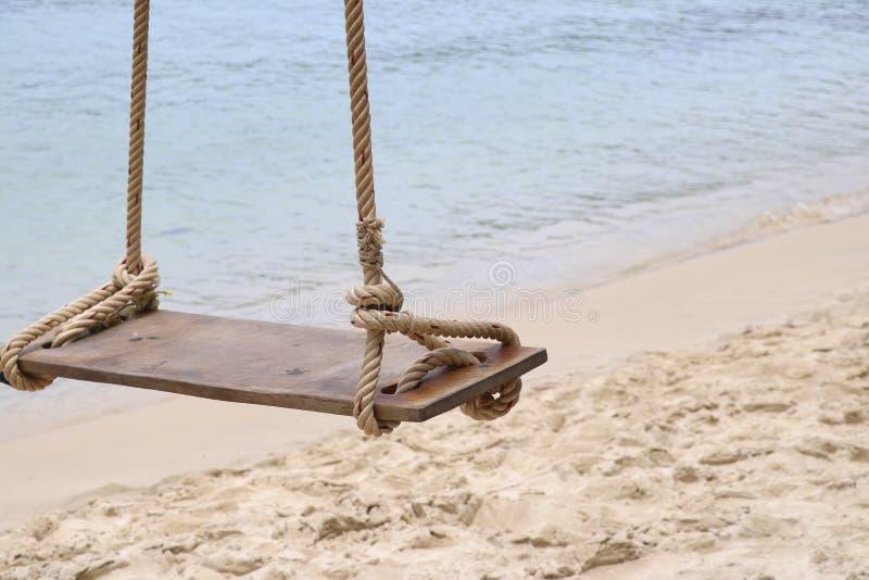 Schwingen auf dem Strand Schwingen, das an der Strandseite hängt stockfotos