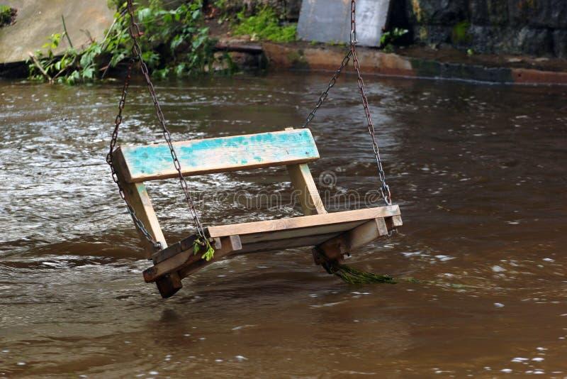 Schwingen, das über dem Fluss hängt lizenzfreies stockfoto