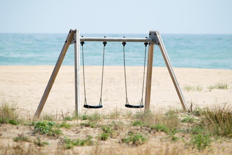 Schwingen Sie auf dem Strand mit der Seeansicht über Hintergrund, Sommerschwingungen, castelldefels stockbilder