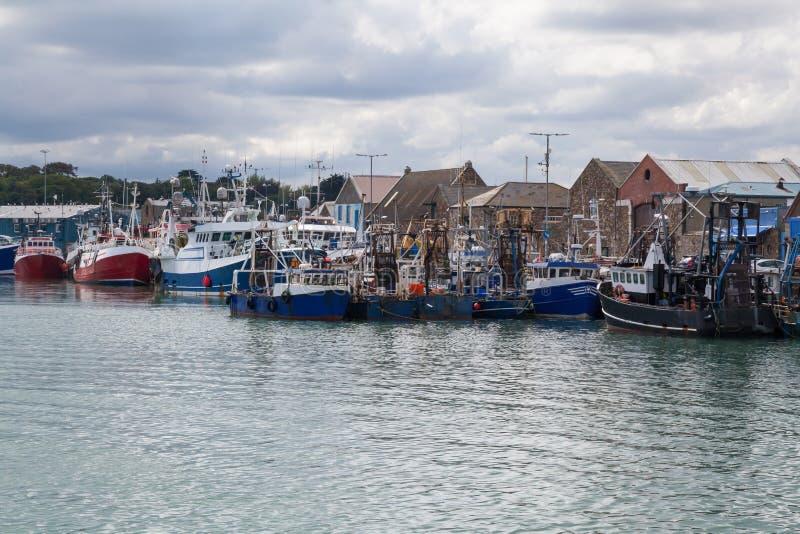 Sciabiche di pesca ancorate alla banchina immagini stock
