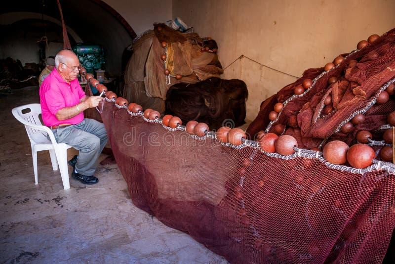 SCIACCA, ИТАЛИЯ - 18-ое октября 2009: Рыболов в Sciacca, Италии стоковые фото