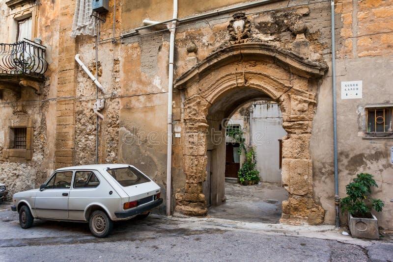 SCIACCA, ИТАЛИЯ - 18-ое октября 2009: строб старого города в Sciac стоковые изображения rf