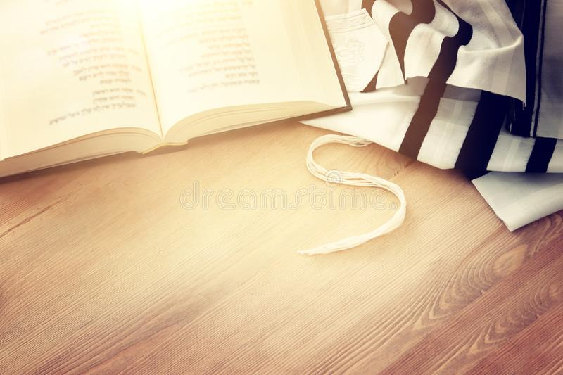 Scialle di preghiera - simboli religiosi ebrei del libro di preghiera e di Tallit Festa ebrea del nuovo anno del hashanah di Rosh immagine stock