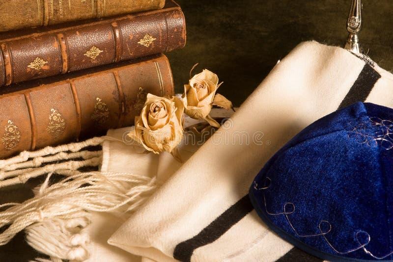 Scialle e libri di preghiera immagine stock libera da diritti