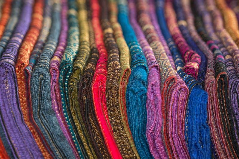 Scialli di seta nei colori differenti da vendere fotografie stock