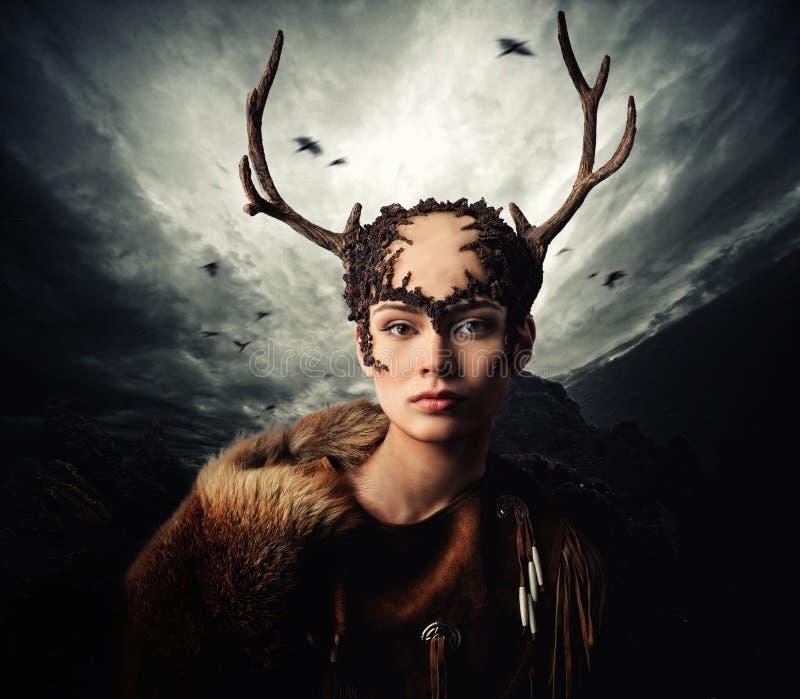 Sciamano della donna in indumento rituale fotografia stock