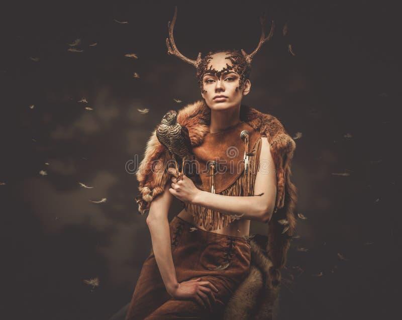 Sciamano della donna in indumento rituale fotografie stock