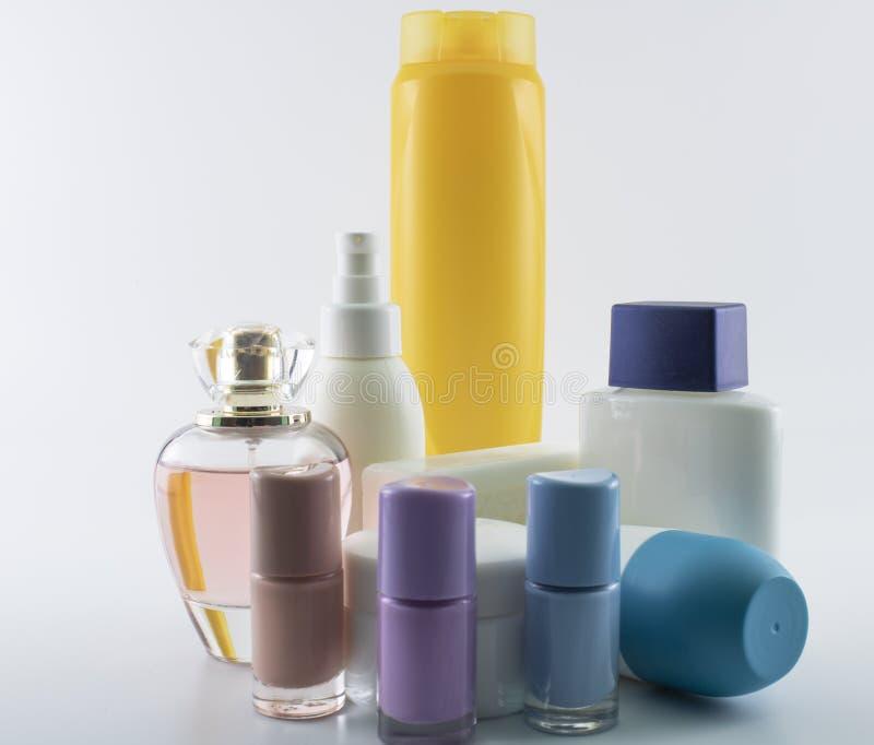 Sciampo, crema del sole, smalto, parfume fotografia stock